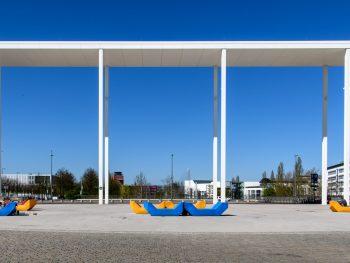 Moderne Arkaden vor blauem Himmel
