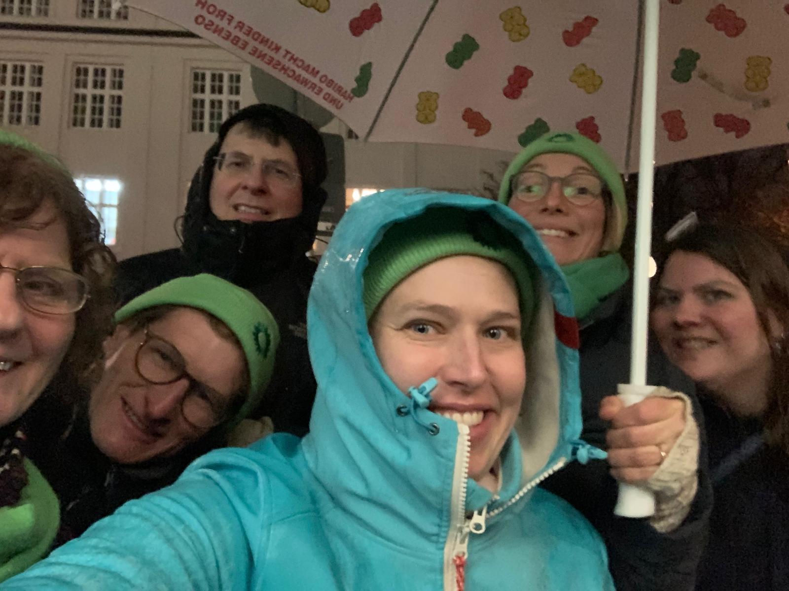 Auftakt des Haustürwahlkampfes trotz strömenden Regens mit (v.l.n.r) Ursula Meier-Credner, Paul Höcherl, Herwart Kiram, Dr. Hannah Gerstenkorn, Doris Kubista und Alexia Hollub