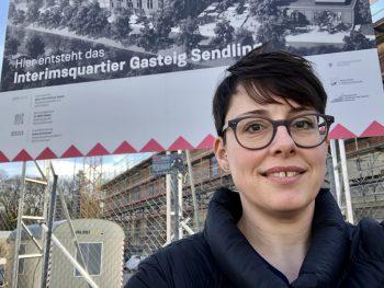 Katrin Edelmann vor Baustelle