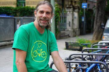 Niko Lipkowitsch vor Radlständern